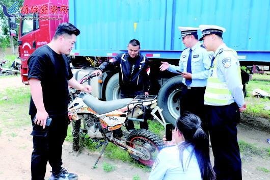 """潍坊交警直播带你看事故摩托车 一小时9.9万人次""""围观"""""""