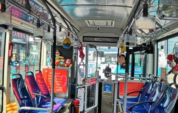 卡通玩偶、节日卡片…青岛公交开出儿童节主题车厢