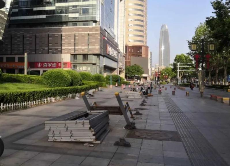 """亭子连夜""""坐车""""走的!济南泉城路非机动车停车点围栏及临时建筑被拆除"""