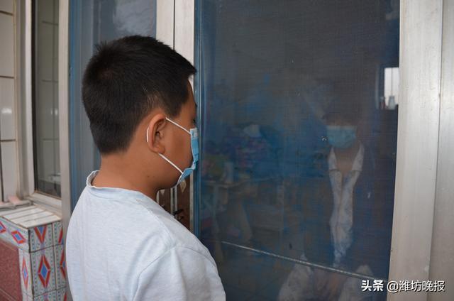 孙煜皓隔着纱网门和爸爸孙兆龙说话。