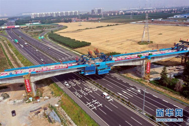 (社会)(2)邹平货运铁路专用线跨青银高速特大桥连续梁完成合龙