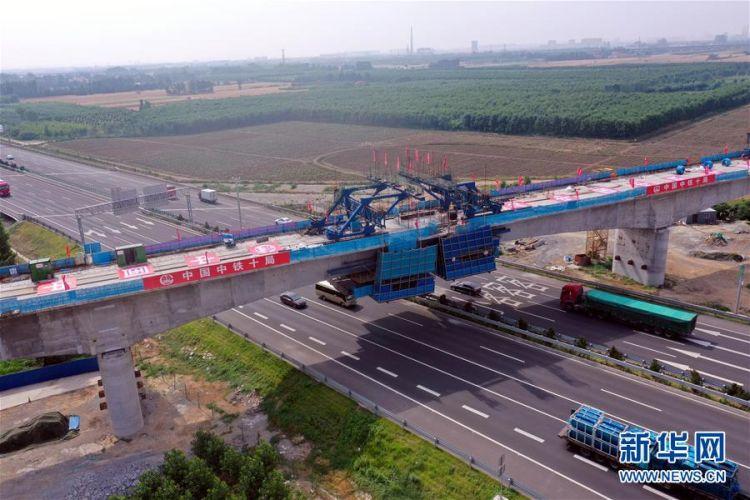 (社会)(3)邹平货运铁路专用线跨青银高速特大桥连续梁完成合龙