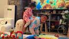 一家人庆父亲节 陈冠希给女儿当马骑画面有爱