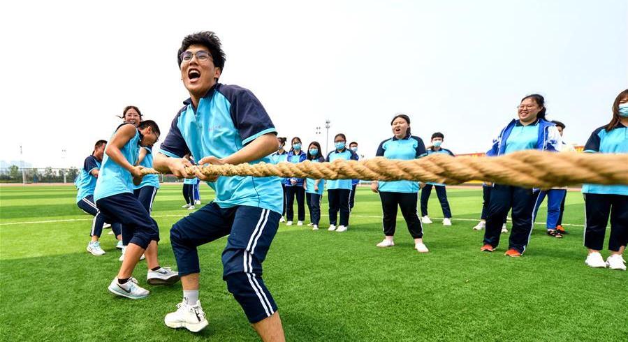 掰手腕、打篮球、拔河比赛……高三学生开展多种减压活动轻松迎考