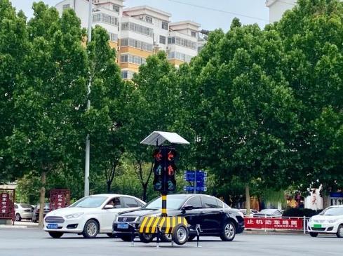 """新式太阳能信号灯在济宁陆续""""上岗"""" 市民纷纷点赞"""