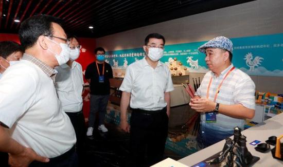 張海波參觀中國(威海)城市禮物文創產品設計大賽復評展