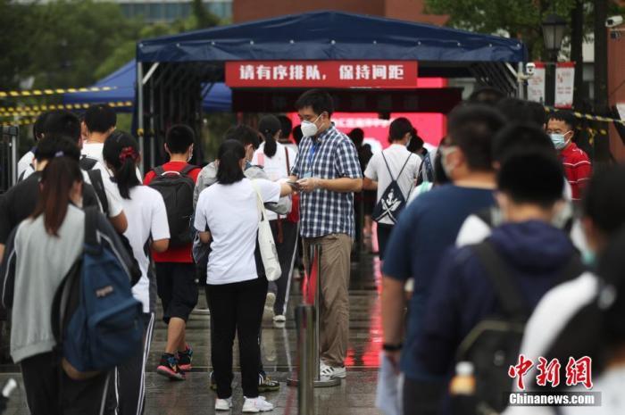 7月7日,上海考生步入考场。张亨伟 摄