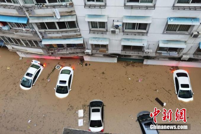 受连续强降雨影响,7月7日,安徽省歙县城区出现大面积内涝,部分街道和村庄灌水,水深没过小轿车车顶。 歙县融媒体中心供图