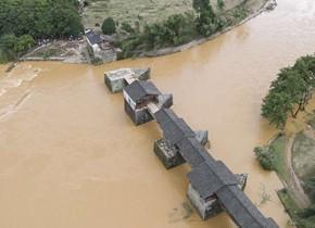江西婺源八百年彩虹桥部分桥面被洪水损毁