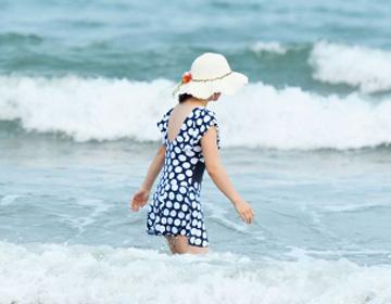 这些在大海里嬉水冲浪的图片 看着都清凉