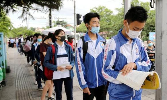 青岛超9万中考生上考场 送考团阵势不输高考