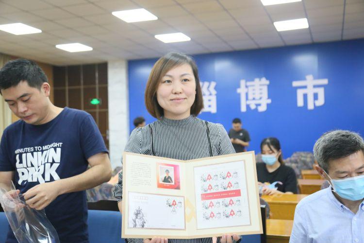淄博104名白衣战士获赠特制邮折