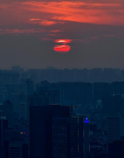 千佛山顶赏日落:一轮红日映射悠久老城