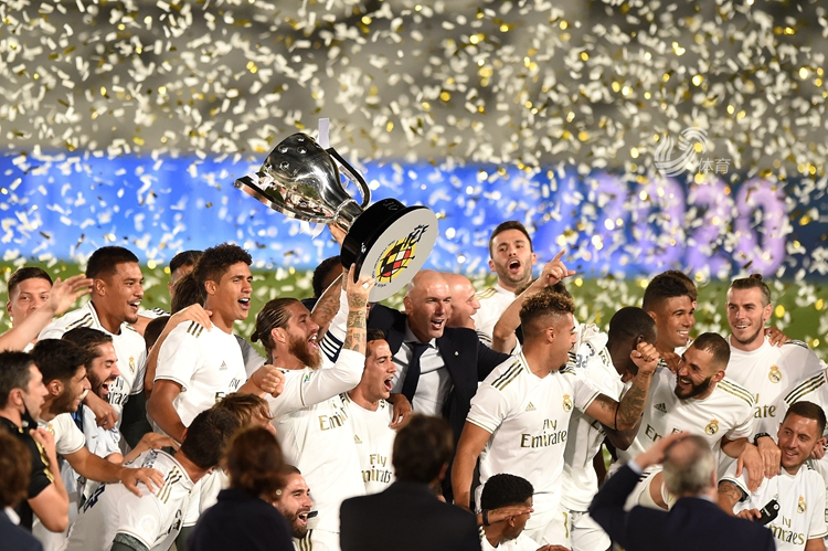 皇马提前一轮夺冠,拉莫斯亲吻西甲冠军杯