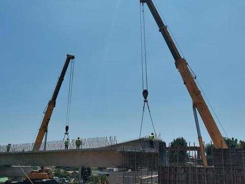 梁板吊装圆满完成 胶海线南崔路立交桥预计9月底建成通车