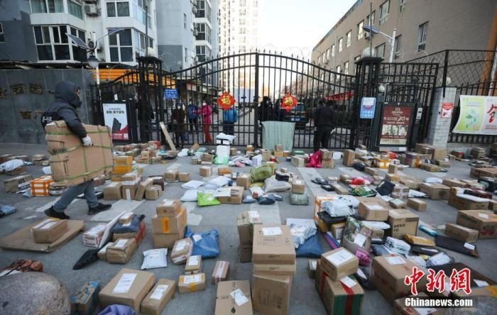 资料图:快递员为居民搬运快递物品。<a target='_blank' href='http://www.chinanews.com/'>中新社</a>记者 赵隽 摄