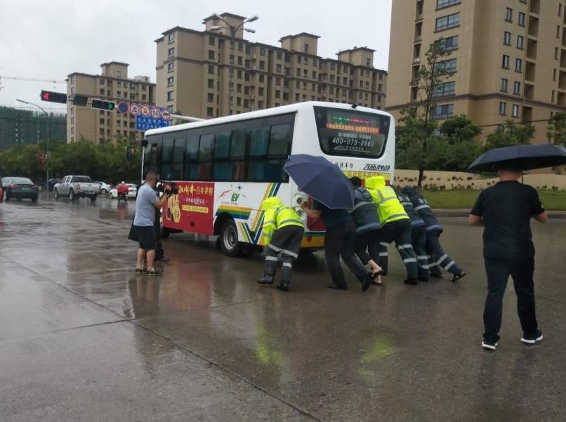 全员上路疏导交通,枣庄市中交警成为雨中最美风景线