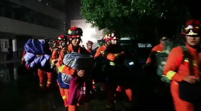 安徽阜阳颍上县水闸被堵洪水下泄 临沂消防冒雨转战驰援