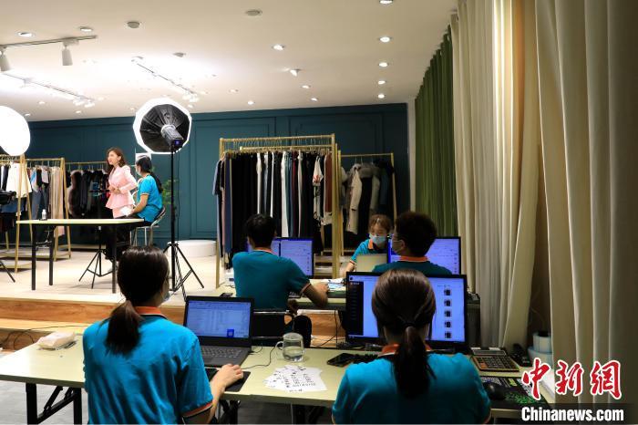 图为,徐小米在直播,其直播团队实时监测数据及相关情况。 李欣 摄