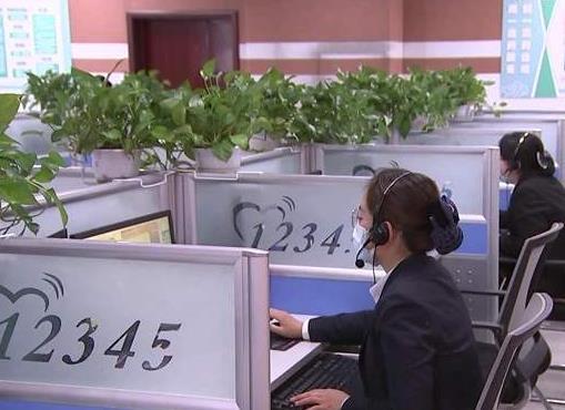 李长萍在聊城市12345市民热线受理中心接听群众来电时强调厚植为民情怀 做实做细做好群众工作