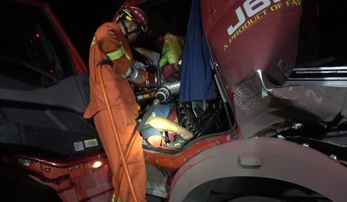49秒|险!钢板冲进驾驶室司机被困 临沂消防紧急救援