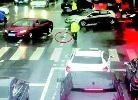 潍坊交警冒雨执勤 司机抛来一伞 暖心之举被网友点赞