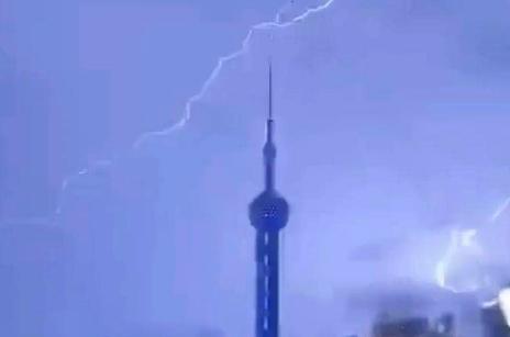 震撼!上海东方明珠塔被闪电击中