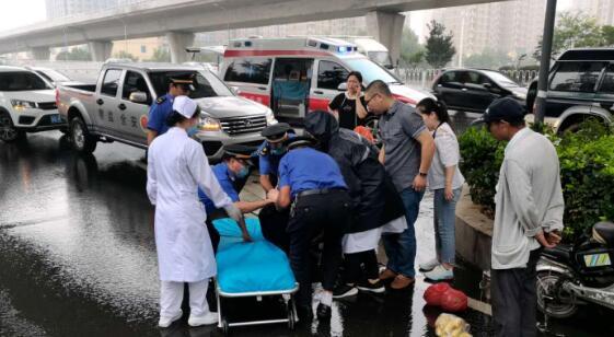 老人受伤倒路边 临沂城管暖心救助及时送医