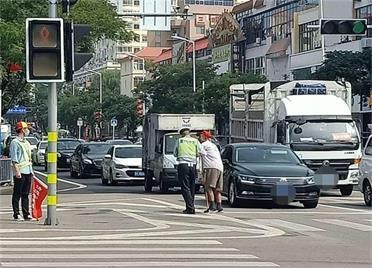 辅警搀扶老人过马路,市民用相机记录下暖心背影