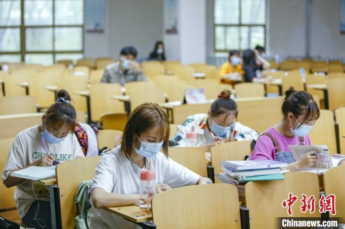 资料图:某高校学生在图书馆自习室内学习。 刘宵华 摄