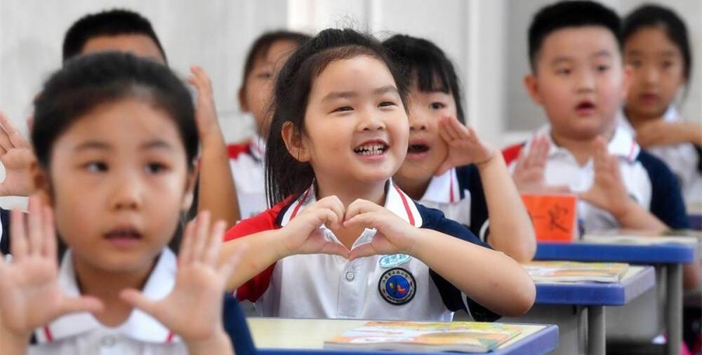 开课啦!弟弟跟着姐姐来上学,二胎同校上学逐年递增