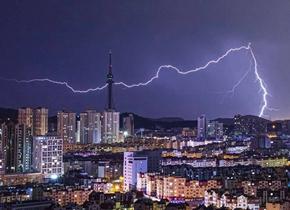 青岛深夜出现雷暴天气 闪电频频现身