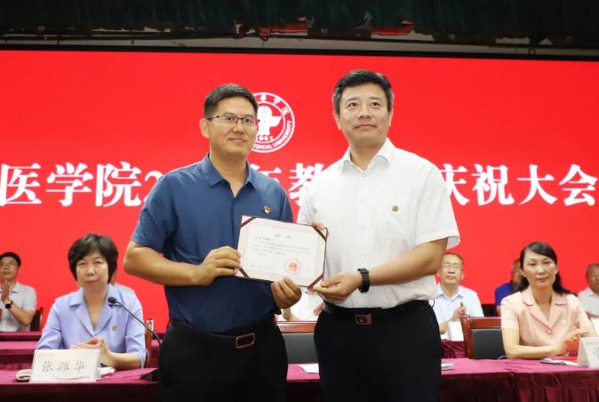 党委书记李明为宋伟国教授颁发证书
