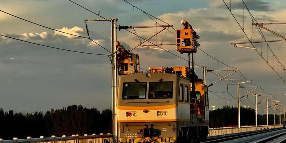 """我国智能高铁""""新标杆""""京雄城际全线接触网贯通"""