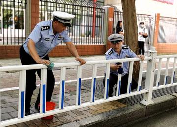 泰安交警清洗护栏 扮靓城市交通