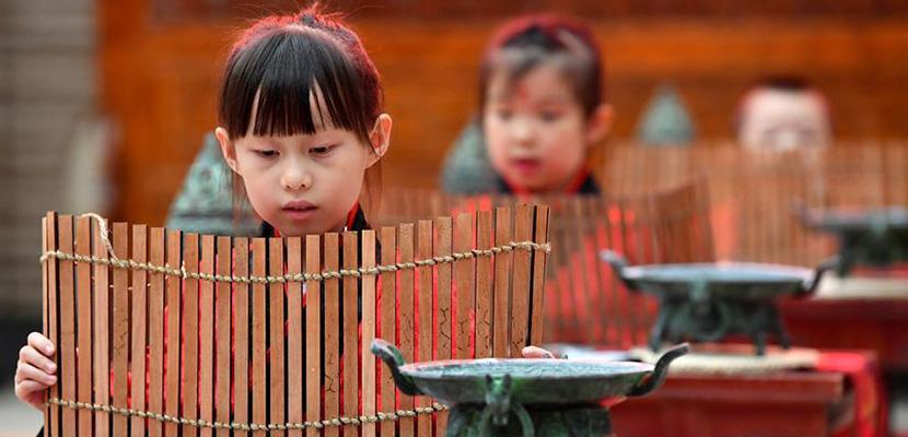 """西安:学童""""开笔破蒙"""" 体验传统文化"""