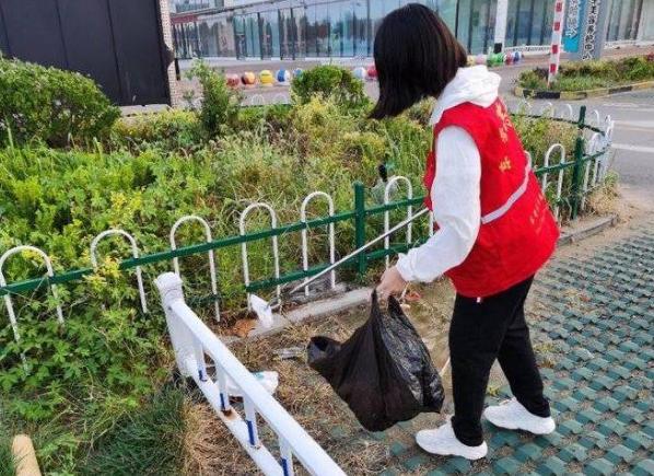 红色基因传承志愿服务队开展捡拾白色垃圾清洁活动
