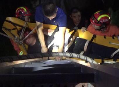 沂源一醉酒男子坠四米深井 消防员群众联合救助