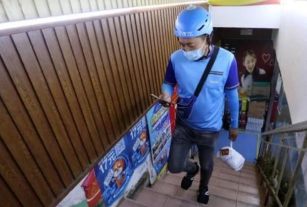 徒步爬14楼、吃饭间隙跑3单、月薪过万...揭秘青岛外卖小哥的工作日常