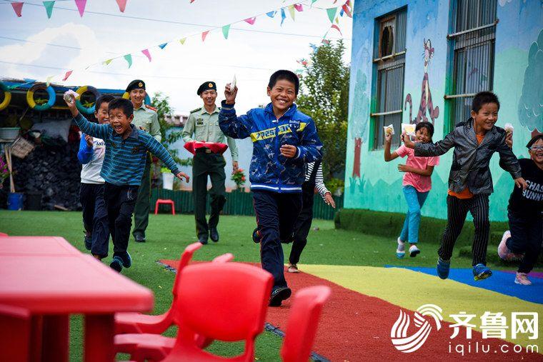 2017年10月2日,山东省东营市。金秋蟹肥,渔民们最忙碌,许多孩子的中秋节需要在幼儿园度过。广利边防派出所民警为孩子们送来自制月饼,同孩子们一起过节。_副本