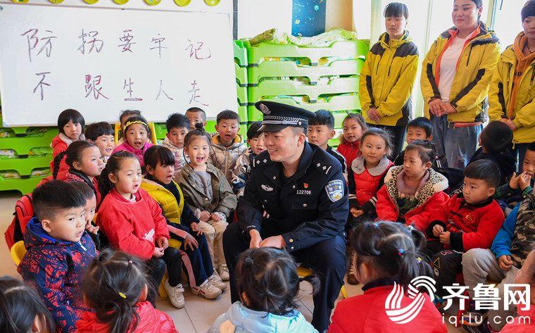 2019年3月22日,山东省东营市。民警为悠久幼儿园的孩子们讲解防拐骗安全知识。_副本