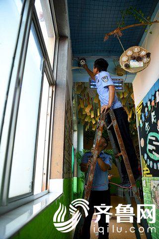 2020年9月8日,山东省东营市,民警到幼儿园检查监控设施,试图帮助幼教姑娘们清除某一处监控录像机上的燕窝。_副本