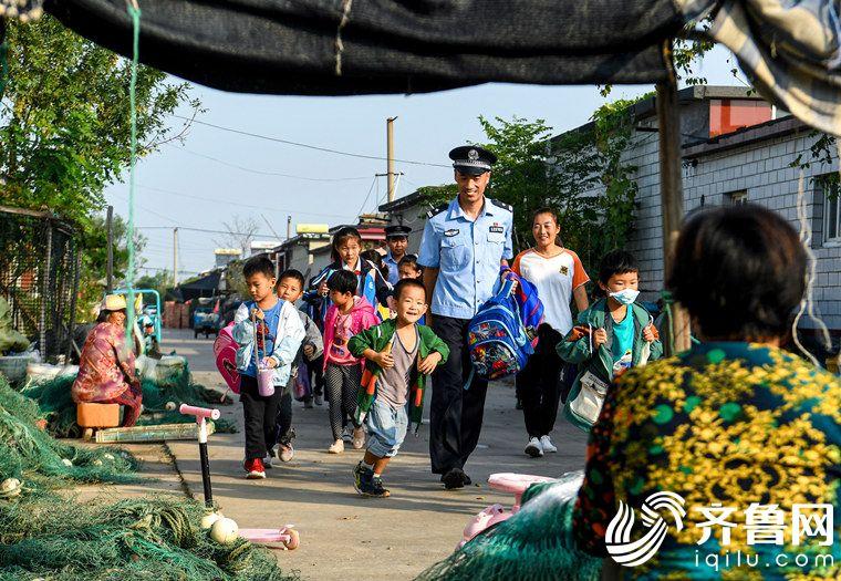 """2020年9月8日,山东省东营市,伏季休渔期结束,秋季捕捞旺季来了。在幼儿园寄宿的学生又多了起来。民警开通""""护学专线"""",护送寄宿的小学生步行上学。 (3)_副本"""