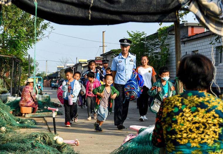 """东营:渔家娃娃、""""老师妈妈""""和""""警察爸爸"""""""