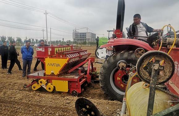 省市县社四方共建大蒜全程机械化示范基地播种现场演示会召开