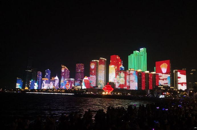 """徜徉浮山湾畔赏灯光秀,满城尽是""""中国红"""""""