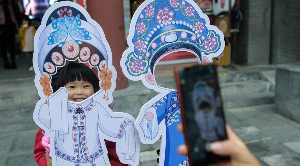 国潮市集亮相前门大街 游客沉浸式体验中国风