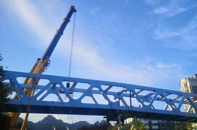 青岛这三座人行天桥完成主梁及梯道吊装