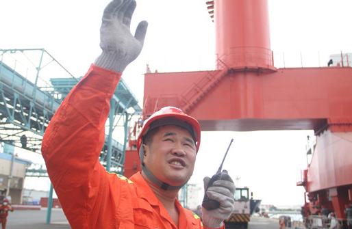 从农民工成为港口正式员工后 他计划在青岛买房安家