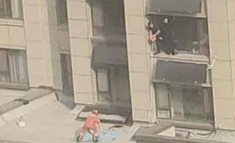 桓台一7岁男孩8楼坠落不幸身亡